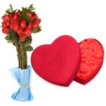 Rosas y corazonesUn ramo de rosas acompañado de una caja-corazón llena de corazones.